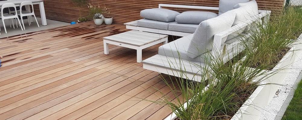 Witte plantenbakken gebruiken als terrasafscheiding in je tuin? Kies voor polyester plantenbakken