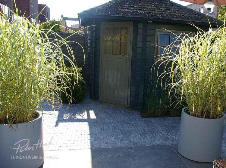 Ronde polyester plantenbakken met beplanting
